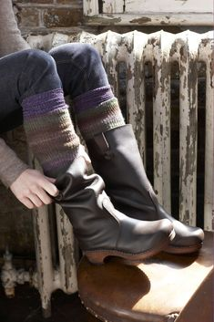 Swedish Clog Boots - a combination of my three faves; boots, clogs and Swedes Hipster Grunge, Grunge Goth, Dansko Boots, Clog Boots, Cute Shoes, Me Too Shoes, Daily Shoes, Swedish Clogs, Swedish Hasbeens