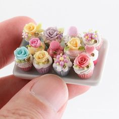 Miniature frosted cupcakes topped with roses, flowers and macarons. Miniature Crafts, Miniature Food, Miniature Dolls, Polymer Clay Miniatures, Dollhouse Miniatures, Diy Dollhouse, Mini Things, Little Things, Biscuit