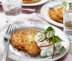 Majs- och ärtplättar | Recept ICA.se Veggie Recipes, Vegetarian Recipes, Veggie Food, Quick Meals, Tzatziki, Lunch, Cauliflower, Nom Nom, Snacks