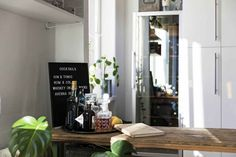En Suède, les murs ne sont pas toujours blancs - PLANETE DECO a homes world Gin And Tonic, Oversized Mirror, Zoom, Furniture, Home Decor, White Walls, Home, Objects, Decoration Home