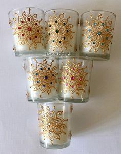 Artículos similares a Set of unscented glass votives/party favor/wedding favor/henna candle/wedding decor/henna design/Eid decor/henna votives/Bridemades gift en Etsy Bottle Painting, Bottle Art, Bottle Crafts, Glass Painting Patterns, Glass Painting Designs, Wine Glass Designs, Henna Candles, Diy Diwali Decorations, Diwali Diy
