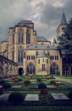 Catedral de San Pedro de Tréveris, en Trier, Alemania / por Mirela Waterlander
