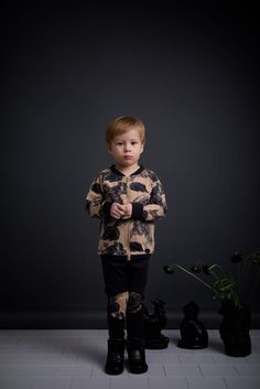 The HI HAY - bomber has a combination of two colours  that go perfectly together cardboard and charcoal.  The hand drawn print with little shrews is grafic yet gentle.   Made by 100% certifed organic cotton  In Portugal.