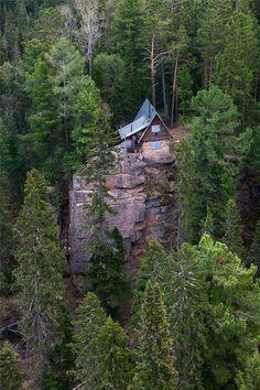 "Изба ""Эдельвейс"", Красноярские столбы // ""Edelweiss"" hut in Krasnoyarsk Stolby. National Nature Reserve"