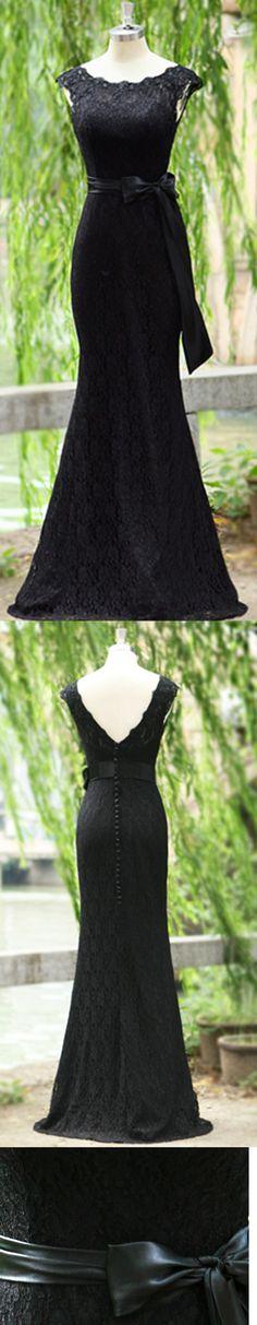Vestido longo preto com detalhes em renda e laço de cetim.