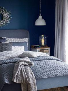 Que le bleu soit Klein, indigo ou pastel chaque ton trouve sa correspondance avec le gris. Voici quelques idées pour une chambre grise et bleue.
