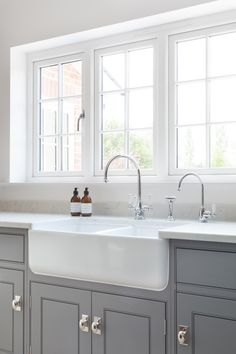 With the main sink area looking out the garden, there are two countertop cupboards handily positioned at either end to be used as a breakfas… – Kitcapfix Open Plan Kitchen Living Room, Barn Kitchen, Kitchen Family Rooms, Kitchen Layout, New Kitchen, Kitchen Decor, Kitchen Ideas, Kitchen Small, Kitchen Pantry