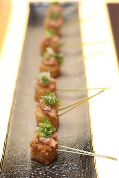 Bite-Sized Crispy Rice with Spicy Tuna on a Stick - Japanese Style Party Food Tapas, Japanese Style, Japanese Food, Sushi Party, Good Food, Yummy Food, Catering Food, Festa Party, Mini Foods