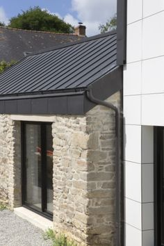 VMZINC, historic brand of titanium zinc for building envelopes, distributes systems for facades, roofing, rainwater systems. Zinc Cladding, Exterior Cladding, Zinc Roof, Metal Roof, Garage Transformation, Outdoor Stone, Stone Masonry, Micro House, Exterior Remodel