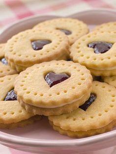 Confira como fazer biscoitos e as receitas que preparamos para você! Biscuit Cookies, Cupcake Cookies, Sugar Cookies, Biscuits, Cookie Recipes, Dessert Recipes, Valentines Food, Baking With Kids, Snacks