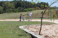 Crianças brincam no parquinho na ensolarada manhã de domingo.