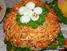 Рецепт салат гнездо глухаря - приготовление салата из курицы, картофеля, яиц и огурцов. Этот салат в виде гнезда будет отличным украшением праздничного стола. Популярная русская кухня.