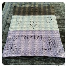 Hæklet håndklæde med skrift og hjerter!