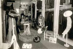Interieur van warenhuis van de firma Laeb in Den Haag, waar men op afbetaling kan kopen. Blik in de damesafdeling. Nederland, 1916.