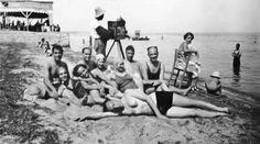 Μια παρέα στην Περαία το 1938 Greece Pictures, Old Pictures, Old Photos, Thessaloniki, Macedonia, Daydream, Summertime, The Past, Greek