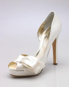 A bride's shoes can be beautiful! Bride Shoes, Wedding Shoes, Wedding Dresses, Ivoire, Here Comes The Bride, Peep Toe, Bridal, Elegant, Heels