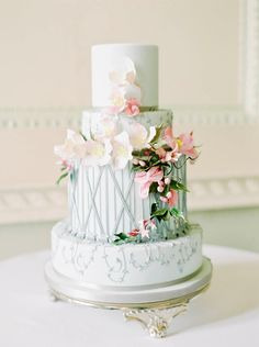 4 Tier cake decorated with sugar paste flowers  | Photography by http://www.zosiazacharia.com/
