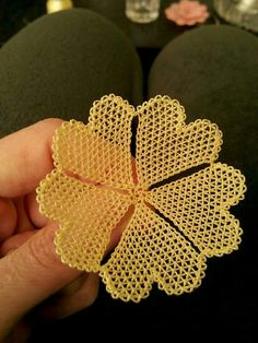 This Pin was discovered by Nih Knitted Flowers, Felt Flowers, Beaded Flowers, Needle Tatting Patterns, Lace Art, Wire Crochet, Point Lace, Needle Lace, Bargello