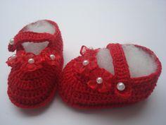 sapatinho feito a mao de croche. <br>material;linha 100% algodao. <br>cor;vermelho. <br>tamanho;8 cm de solinha para bebe de 0 a 2 meses,para outros tamanhos entre em contato.