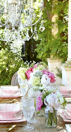 Oh my... Didn't know where to file this: table scapes, flowers, sheer beauty?  All of the above.  Makes my heart sing...