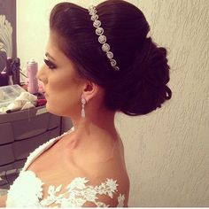Penteados para noivas e madrinhas Wedding Tiara Hairstyles, Elegant Hairstyles, Formal Hairstyles, Bride Hairstyles, Beauty Zone, Bridal Tiara, How To Make Hair, Wedding Makeup, New Hair