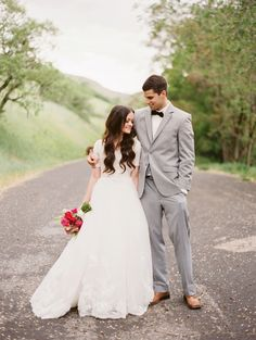 love the outdoorsy picture, loose waves, bright bouquet, groom's outfit! <3 <3