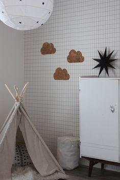 Rapatun Talon Elämää: Viimein - DIY Lastensänky Bed Frames, Diy, Log Bed Frame, Bricolage, Bed Frame, Do It Yourself, Homemade, Diys, Platform Bed