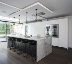 Modern Kitchen with white waterfall island countertop and black breakfast bar stools Contemporary Kitchen Furniture, Contemporary Kitchen Island, Black Kitchen Island, Kitchen Island Decor, Kitchen Ideas, Kitchen Colors, Nice Kitchen, Kitchen Modern, Kitchen Layout