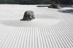 """大智山愚渓寺の禅の庭「臥竜石庭」:""""KARESANSUI"""" is Zen garden。:Stones and sand are expressing the scenery of a mountain or water."""