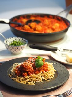 Krydret tomatsovs med kødboller og friske krydderurter