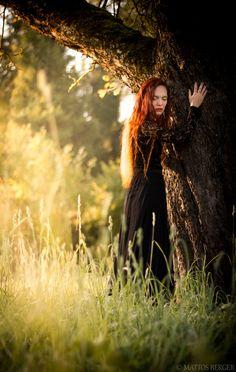 Die weise Frau erkennt, dass jeder Moment,  so schön oder schwer er auch ist,  nur ein vergangener Atemzug der Zeit ist,  und dass jede neu geborene Sekunde  die Kraft der Veränderung in sich trägt.  Jedweder Augenblick lebt nur,  die Dauer eines Wimpernschlages an Zeit.  Es liegt an Ihr, wie lange Sie ihn fühlt,  und ob er Ihren Lebensweg bestimmt,  denn Ihr ist auch bewusst,  dass jeder folgende Moment,  die Chance in sich trägt,  ihn anders zu sehen und zu fü