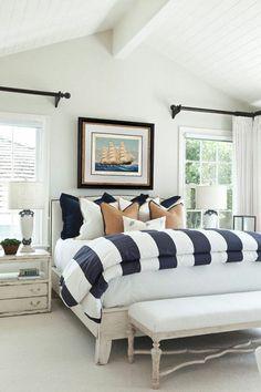 déco de chambre à coucher avec des coussins marins