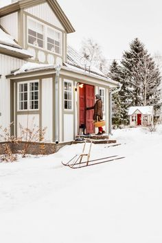 Eeva ja hänen perheensä asuvat vuonna 1926 rakennetussa puu-huvilassa. Vanha potku-kelkka tuli talokaupan mukana. Taustalla näkyy Ainon leikkimökki.