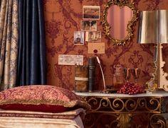 barock zimmer mit tapeten in roten nuancen und viele Bilder an der Wand