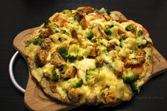 Pizza na pełnoziarnistym spodzie z brokułem i kurczakiem w roli głównej | Zapachy Kuchni