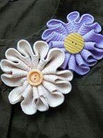 rick rack flower tutorial- could use two colours*** Felt Flowers, Diy Flowers, Crochet Flowers, Fabric Flowers, Fabric Crafts, Sewing Crafts, Sewing Projects, Rick Rack Flowers, Rickrack