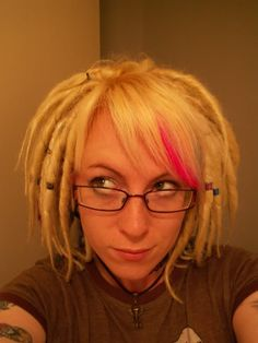 Those are not all natural but that's about what my hair would look like if I did dreads now. (Well shorter still because they shrink. Dreads Short Hair, New Dreads, Blonde Dreads, Dreadlocks, Short Dread Styles, Dreads Styles For Women, Long Hair Styles, Dread Hairstyles, Hairstyles With Bangs