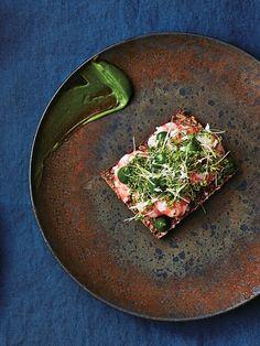 マヨネーズを作るとき、材料の油をハーブオイルに替えていつも通りに作るだけで、緑色のハーブマヨネーズが完成! 魚介を使ったオープンサンドに使えば、味の相性のよさはもちろん、見た目のインパクトも大。|『ELLE gourmet(エル・グルメ)』はおしゃれで簡単なレシピが満載!