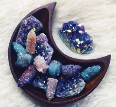 Gorgeous 42 Awesome Crystal Mineral Decor Ideas To Try Now. Crystal Magic, Crystal Healing, Chakra Healing, Quartz Crystal, Crystal Grid, Minerals And Gemstones, Rocks And Minerals, Wicca, Crystal Aesthetic