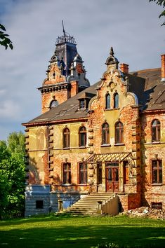Pałac w Boleścinie wybudowany w XIX wieku. Obecnie remontowany przez prywatnego właściciela. Monuments, Visit Poland, Huge Houses, Medieval, Mediterranean Style Homes, Baroque Architecture, The Beautiful Country, French Chateau, Travel Goals