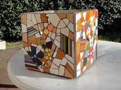 Lively mosaic on a square form. Mosaic Planters, Mosaic Flower Pots, Ceramic Flower Pots, Square Planters, Mosaic Garden, Mosaic Stepping Stones, Pebble Mosaic, Mosaic Diy, Mosaic Bottles