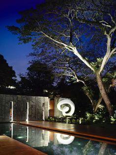 Das 65BTP-House wurde von ONG & ONG Pte Ltd entworfen, es handelt sich um eine private Residenz mit einem zeitgenössischem Charakter. Das Anwesen steht inmitten eines riesigen Gartens, der einen uralten, wirklich kolossalen Regenbaum sein eigen nennt, welcher wiederum die gesamte Architektur drumherum beeinflusst hat. Sowieso gibt es in diesem Haus jede Menge Begegnungen mit der Natur, sowohl im äußeren... Weiterlesen