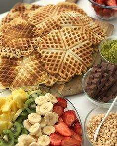 Bugün kızlarla waffle partisi yaptık😍 Meyveler, çikolatalar, fındık fıstıklarla dolu dolu bir gündü😋😋😋 Hep beraber girdik mutfağa, biri hamuru hazırladı, diğeri pişirdi, tabak çanaklar ayarlandı, malzemeler hazırlandı derken.. Nefis lezzetleriyle waffle'larımız harika oldu😍 Tarifi 3 ölçü yaptık, bol kepçe kalabalıkta fazla fazla iyi oldu😊 Tarifi 1 ölçü olarak yazıyorum, eğer kalabalık iseniz bu tarifi benim gibi 3 katına çıkarabilirsiniz. Malzemeler; 2 yumurta 1 su bardağı süt 2 yemek…