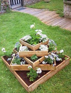 Idei de jardiniere din lemn - pentru o curte frumos amenajata O curte frumos amenajata inseamna peisaje ca in basme. Idei de jardiniere din lemn pentru micile spatii cu flori colorate http://ideipentrucasa.ro/idei-de-jardiniere-din-lemn-pentru-o-curte-frumos-amenajata/ Check more at http://ideipentrucasa.ro/idei-de-jardiniere-din-lemn-pentru-o-curte-frumos-amenajata/