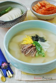 Tteokguk (Korean Rice Cake Soup) - Korean Bapsang With Beef Brisket _ This starchy and soothing bowl of soup is not only a New Year's tradition but is classic comfort food any time of the year! Korean Side Dishes, Korean Rice Cake Soup, Soup Recipes, Cooking Recipes, Korean Kitchen, Asian Recipes, Ethnic Recipes, Chinese Recipes, Filipino Recipes