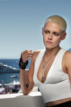 I loved when she had hair. I don't technically mind the buzzed look, but the blonde has to go. Still crushing on this girl though! Kristen Stewart Cannes, Kristen Stewart Twilight, Kristen Stewart Pictures, Kirsten Stewart, Nikki Reed, Sils Maria, Brooke Hogan, Celebrity Singers, Elizabeth Gillies