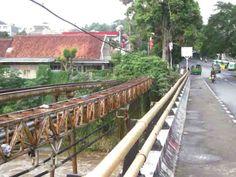 Luapan Air Cisadane Rusak Jembatan Panaragan