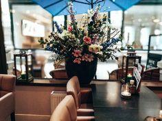 Restaurant aankleding  @dupassagedenhaag @decoratiestyling natuurlijke decoratietakken met zijde bloemen. foto @sharon_infinite_prints www.decoratietakken.nl