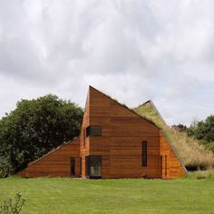 Wellham Studio, the building is clad in insulated ply panels and has a green roof. British artist Mark Merer has completed this pointy studio for himself and his wife in Somerset, UK.