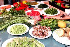 Tuoreet yrtit ja yksinkertaiset mausteet sekä runsaasti oliiviöljyä – näistä syntyy kreetalainen ruoka. Sukelsimme kreetalaisen ruuanlaittokulttuurin maailmaan. Herätä ruokahalusi blogissamme, poimi herkulliset reseptit talteen! #Ruoka #matkablogi #Kreeta #Kreikka #aurinkomatkat